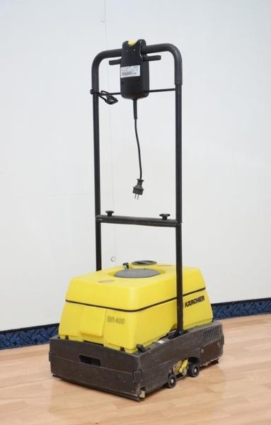 Tylko na zewnątrz Maszyna sprzątająca (szorowarka) Karcher BR 400 na wynajem Poznań WI14